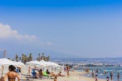 Κατάνια, Σικελία, Ιταλία †«στις 11 Αυγούστου 2018: οι άνθρωποι χαλαρώνουν στην παραλία στοκ φωτογραφία