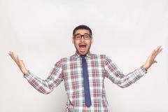 Κατάπληκτος ή συγκλονισμένος γενειοφόρος επιχειρηματίας στο ελεγμένο πουκάμισο, μπλε τ στοκ εικόνες