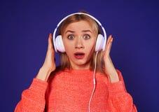 Κατάπληκτο ξανθό άκουσμα podcast Στοκ φωτογραφία με δικαίωμα ελεύθερης χρήσης