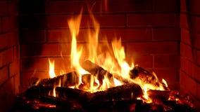 Κατάπληξη ικανοποιώντας τη στενή επάνω άποψη σχετικά με το ξύλινο κάψιμο αργά με την πορτοκαλιά φλόγα πυρκαγιάς στην άνετη ατμόσφ απόθεμα βίντεο