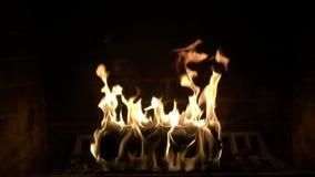 Κατάπληξη ικανοποιώντας το στενό επάνω σε αργή κίνηση πυροβολισμό του ξύλινου καψίματος φλογών πυρκαγιάς στην καλή άνετη εστία ατ απόθεμα βίντεο