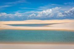 Κατάπληξη των φυσικών λιμνών μέσω των άσπρων αμμόλοφων άμμου Εξωτικός προορισμός διακοπών στο Βορρά της Βραζιλίας στοκ φωτογραφίες με δικαίωμα ελεύθερης χρήσης