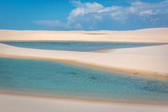 Κατάπληξη των φυσικών λιμνών μέσω των άσπρων αμμόλοφων άμμου Εξωτικός προορισμός διακοπών στο Βορρά της Βραζιλίας στοκ φωτογραφίες