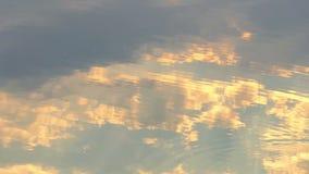 Κατάπληξη Cloudscape με τα γκρίζα και άσπρα σύννεφα που απεικονίζονται σε μια επιφάνεια λιμνών φιλμ μικρού μήκους