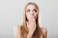Κατάπληκτη γυναίκα που καλύπτει το στόμα της με το χέρι στοκ εικόνα