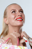 Κατάπληκτη όμορφη χαμογελώντας ξανθή γυναίκα στοκ εικόνες