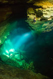 Κατάπληκτος από τη σπηλιά εσωτερικών άποψης Στοκ Φωτογραφία