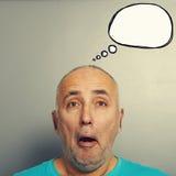Κατάπληκτο ανώτερο άτομο με τη λεκτική φυσαλίδα Στοκ εικόνα με δικαίωμα ελεύθερης χρήσης