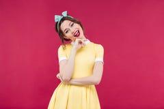 Κατάπληκτο όμορφο κορίτσι pinup που στέκεται με το στόμα που ανοίγουν Στοκ φωτογραφία με δικαίωμα ελεύθερης χρήσης