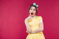 Κατάπληκτο όμορφο κορίτσι pinup που στέκεται με το στόμα που ανοίγουν Στοκ Εικόνες