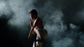 Κατάρτισης Karate ή taekwondo ο καπνός ατόμων, κλείνει επάνω φιλμ μικρού μήκους