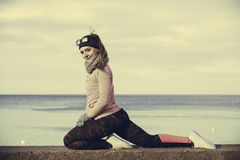 Κατάρτιση αθλητικών κοριτσιών ικανότητας γυναικών υπαίθρια στο κρύο καιρό Στοκ Εικόνες