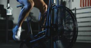 Κατάρτιση αθλητικών τύπων στο ποδήλατο αέρα φιλμ μικρού μήκους
