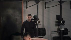 Κατάρτιση ατόμων με το βαρύ barbell στη γυμναστική απόθεμα βίντεο
