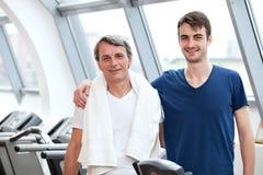 Κατάρτιση γυμναστικής, νεαρός άνδρας και ο πατέρας του στοκ εικόνα με δικαίωμα ελεύθερης χρήσης