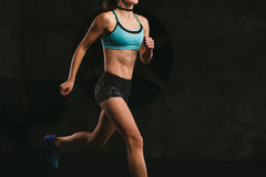 Κατάρτιση γυναικών αθλητικής ικανότητας στο σκοτεινό υπόβαθρο beautiful body Στοκ Φωτογραφία