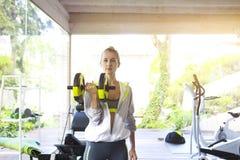 Κατάρτιση γυναικών treadmill σε ένα αθλητικό κέντρο Στοκ Εικόνα