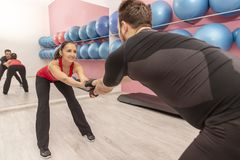 Κατάρτιση ζεύγους σε μια γυμναστική στοκ φωτογραφίες