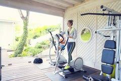 Κατάρτιση ζεύγους treadmill σε ένα αθλητικό κέντρο Στοκ φωτογραφία με δικαίωμα ελεύθερης χρήσης