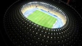 Κατάρτιση ποδοσφαίρου στο φωτισμένο στάδιο, παίκτες που παίζει τον αγώνα ποδοσφαίρου τη νύχτα απόθεμα βίντεο