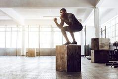 Κατάρτιση τύπων Crossfit στη γυμναστική στοκ φωτογραφία με δικαίωμα ελεύθερης χρήσης