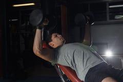 Κατάρτιση Bodybuilder στη γυμναστική: στήθος - Τύπος πάγκων αλτήρων Στοκ Εικόνες