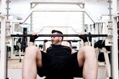 Κατάρτιση Bodybuilder στη γυμναστική: στήθος - barbell κλίνετε τον πάγκο Στοκ εικόνες με δικαίωμα ελεύθερης χρήσης