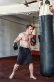 Κατάρτιση Kickboxer στη γυμναστική Στοκ φωτογραφία με δικαίωμα ελεύθερης χρήσης