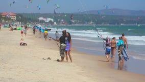 Κατάρτιση Kitesurfing στην παραλία του ΝΕ Mui απόθεμα βίντεο