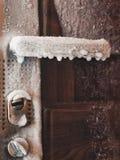 Κατάσταση ατυχήματος - δεν υπάρχει καμία θέρμανση στο σπίτι Κρύο θερμομέτρων πόρτα παγωμένη Παγωμένη λαβή πορτών όλοι στον πάγο - Στοκ φωτογραφίες με δικαίωμα ελεύθερης χρήσης