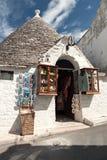 Κατάστημα αναμνηστικών σε μια οδό Alberobello, Πούλια, Ιταλία Στοκ φωτογραφίες με δικαίωμα ελεύθερης χρήσης