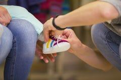 Κατάστημα για τα παπούτσια παιδιών - πάνινα παπούτσια για το μικρό κορίτσι Στοκ Εικόνα