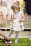 Κατάστημα για τα παπούτσια παιδιών - παπούτσια για το μικρό κορίτσι Στοκ Φωτογραφίες