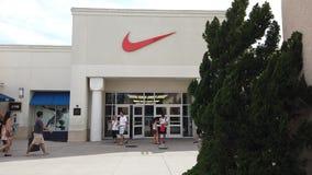 Κατάστημα εργοστασίων της Nike στη λεωφόρο αγορών εξόδων ασφαλίστρου του Ορλάντο Vineland απόθεμα βίντεο