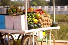 Κατάστημα κάρρων φρούτων στην Ινδία Στοκ Εικόνες