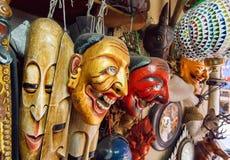 Κατάστημα με τις εκλεκτής ποιότητας θεατρικές μάσκες, τα αντικείμενα τέχνης και τις αντίκες στο μεταχειρισμένο τμήμα Στοκ Φωτογραφία