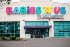 Κατάστημα μωρών Ρ ΗΠΑ με ένα μόνιμα κλειστό σημάδι που ταχυδρομείται στο παράθυρο στοκ εικόνα