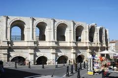 Κατάστημα οδών μπροστά από το amphithater σε Arles στη Γαλλία Στοκ Εικόνες