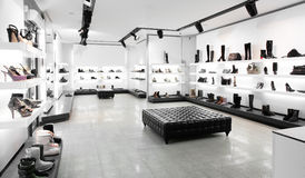 Κατάστημα παπουτσιών πολυτέλειας με το φωτεινό εσωτερικό στοκ εικόνες