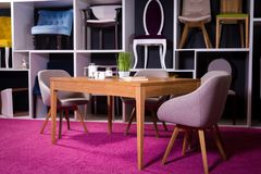 Κατάστημα, πώληση των επίπλων σε ένα εμπορικό κέντρο Να δειπνήσει δειγμάτων έκθεσης ξύλινος πίνακας με τις υφαντικές καρέκλες σε  Στοκ Φωτογραφία