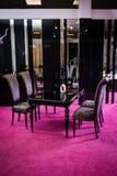 Κατάστημα, πώληση των επίπλων στην περιοχή πωλήσεων Να δειπνήσει ο πίνακας είναι μαύρο στιλπνό χρώμα με το barchannyh τέσσερα καρ Στοκ Εικόνα