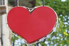 Κατάστημα σημαδιών υπό μορφή κόκκινων καρδιών Στοκ εικόνα με δικαίωμα ελεύθερης χρήσης