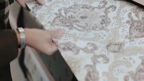 Κατάστημα ταπετσαριών Κινηματογράφηση σε πρώτο πλάνο των χεριών γυναικών που συγκρίνουν δύο δείγματα της ταπετσαρίας για το εγχώρ φιλμ μικρού μήκους