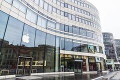 Κατάστημα της Apple δίπλα σε έναν αντιπρόσωπο μηχανών τέσλα στο Ντίσελντορφ, Ger Στοκ φωτογραφία με δικαίωμα ελεύθερης χρήσης