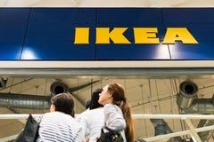 Κατάστημα της IKEA Bangna, Μπανγκόκ, Ταϊλάνδη - 5 Αυγούστου 2017: Μέρη των ανθρώπων που φθάνουν στο κατάστημα στο κατάστημα της I Στοκ εικόνες με δικαίωμα ελεύθερης χρήσης