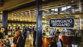 Κατάστημα του τυριού Parmiggiano Reggiano στον κόσμο Fico Eataly στη Μπολόνια - την Ιταλία Στοκ Εικόνα