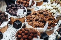 Κατάστημα τρουφών, καραμελών και γλυκών σοκολάτας στην προθήκη στο κατάστημα εργοστασίων Στοκ Εικόνες