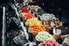 Κατάστημα τρουφών, καραμελών και γλυκών σοκολάτας στην προθήκη στο κατάστημα εργοστασίων Στοκ Φωτογραφία