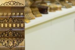 Κατάστημα των έξυπνων rihals Ξύλινες στάσεις βιβλίων στη Μπουχάρα, Ουζμπεκιστάν Κατάστημα στάσεων κατόχων βιβλίων της Holly Quran Στοκ Εικόνες