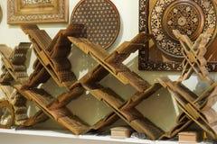 Κατάστημα των έξυπνων rihals Ξύλινες στάσεις βιβλίων στη Μπουχάρα, Ουζμπεκιστάν Κατάστημα στάσεων κατόχων βιβλίων της Holly Quran Στοκ φωτογραφία με δικαίωμα ελεύθερης χρήσης